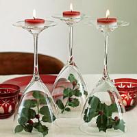 centro de mesa navideño con velas y acebo