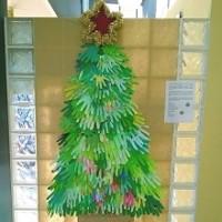 arbol-de-navidad-hecho-con-manos-de-papel-220px
