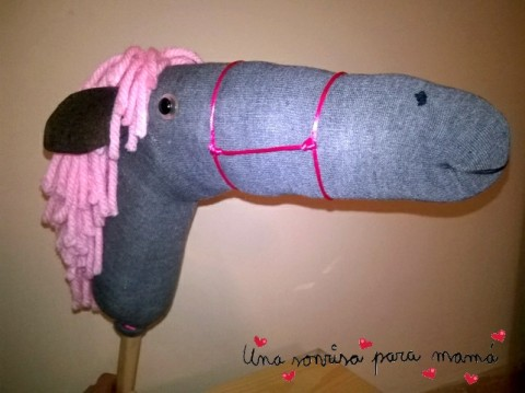 caballo de juguete con material reciclado