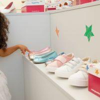 ir a comprar zapatos con nenas